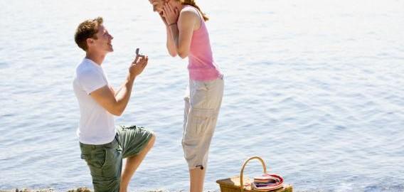A man proposing a woman